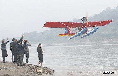 一位重庆小伙造的水上飞机